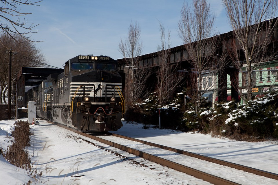 NS 9723 C40-9W east with NS 10N (Conway-Allentown)