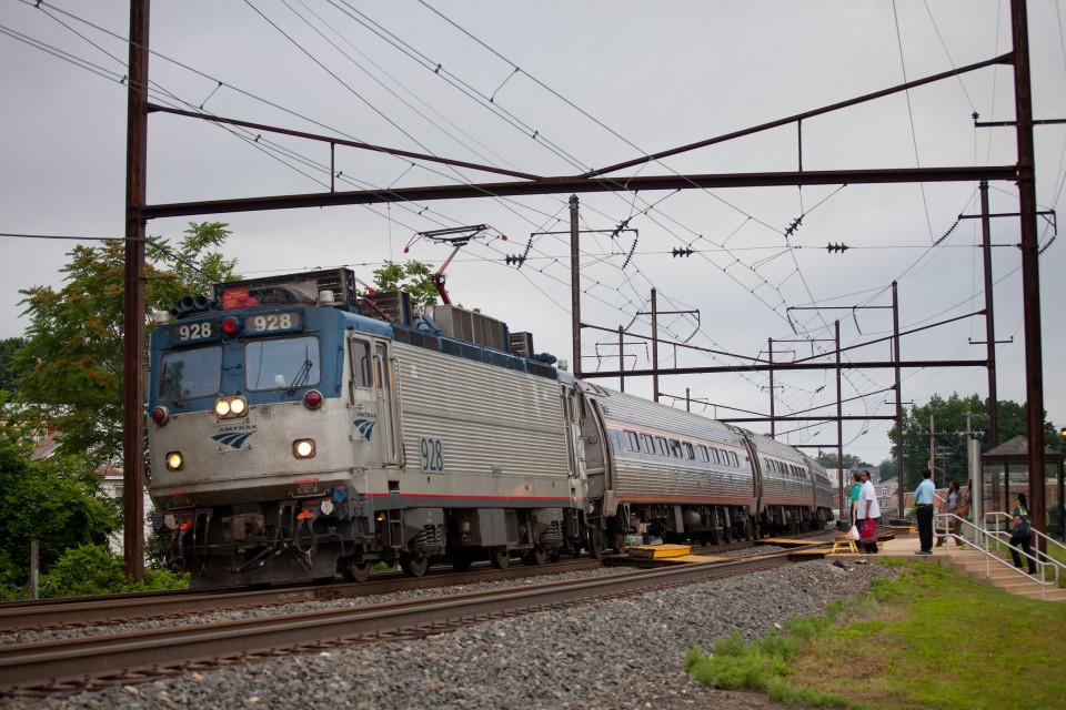 Amtrak 928 AEM7 leads Keystone Service train 660 east to Philadelphia