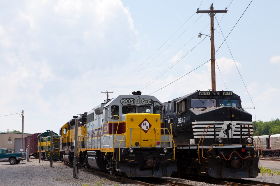 NS 633 power (NS 9647 C40-9W) tied down at Newberry along with NSHR 2004 GP38-2