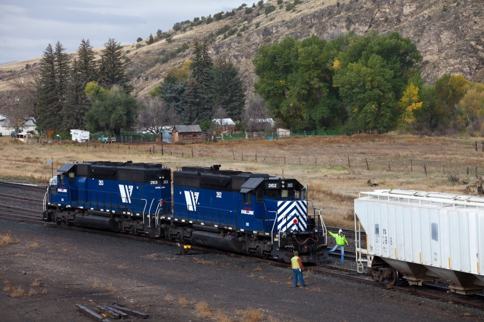 MRL 840 works Logan with a pair of SD40-2's MRL 262-MRL 263.