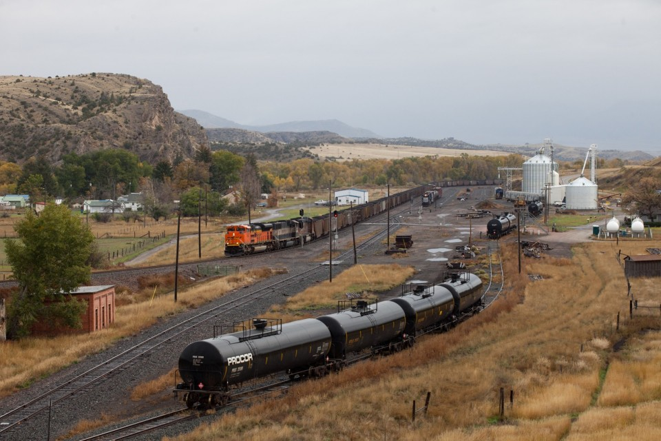 BNSF 9160 West coal C-SCMRBE2-09A passes the MRL 844 local with MRL 406-403.